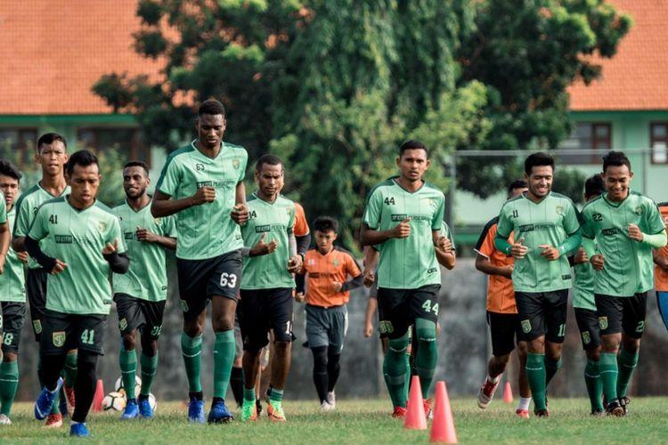 Penyerang asing Persebaya Surabaya, Amido Balde, terlihat mengikuti sesi latihan bersama rekan-rekannya di Stadion Jenggolo, Sidoarjo, Selasa (5/2/2019).