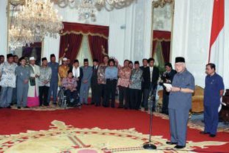 Presiden Soeharto memberikan keterangan pers seusai pertemuan dengan para ulama, tokoh masyarakat, organisasi kemasyarakatan, dan ABRI di Istana Merdeka, 19 Mei 1998, dua hari sebelum mengundurkan diri menjadi presiden. Disaksikan Mensesneg Saadillah  Mursyid (paling kanan) dan para tokoh, antara lain Yusril Ihza Mahendra, Amidhan, Nurcholish Madjid, Emha Ainun Najib, Malik  Fadjar, Sutrisno Muchdam, Ali Yafie, Ma'ruf Amin, Abdurrahman  Wahid, Cholil Baidowi, Adlani, Abdurrahman Nawi, dan Ahmad Bagdja.