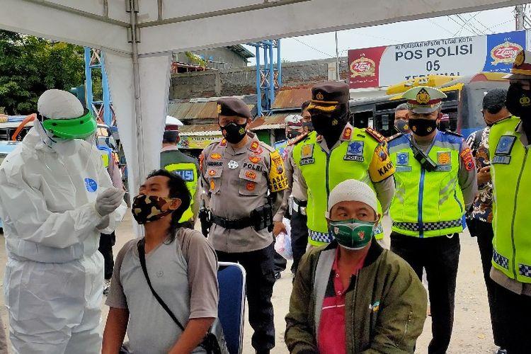 Penumpang bus di Terminal Bus Kota Tegal menjalani tes swab yang digelar Satlantas Polres Tegal Kota, Kamis (18/2/2021)