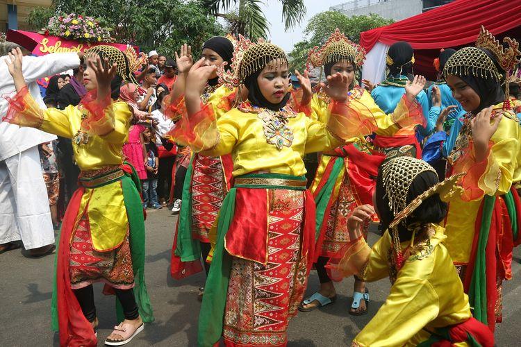 Salah satu pertunjukan dari tarian tradisional Betawi yang dilakukan anak-anak Kampung Rawa Belong, Jakarta, Sabtu (12/10/2019).