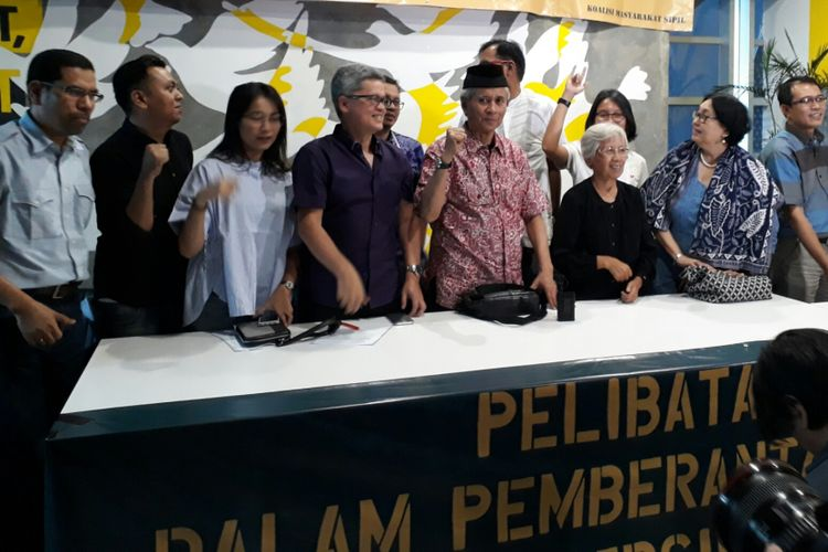Sejumlah aktivis dan tokoh yang tergabung dalam Koalisi Masyarakat Sipil, saat jumpa pers di kantor Amnesti Internasional Indonesia, di kawasan Menteng, Jakarta Pusat. Jumat (9/6/2017)