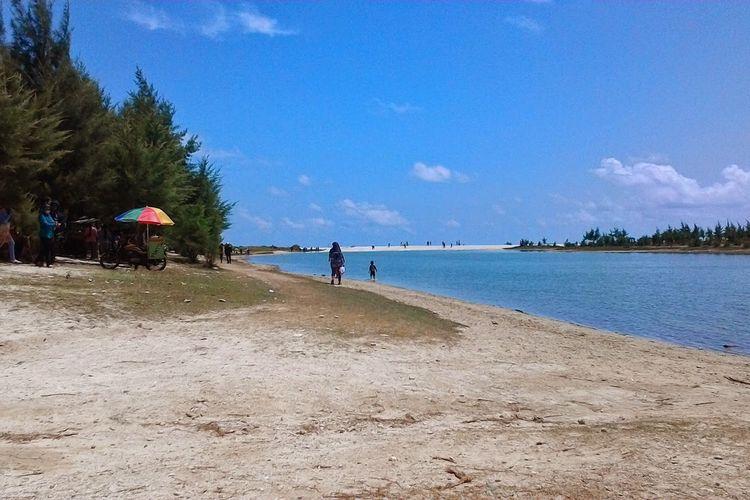 Pantai Pasir Putih atau Pantai Remen di Tuban
