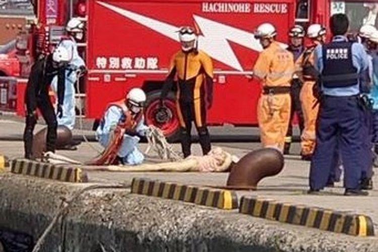 Tim penyelamat yang datang untuk menyelamatkan seorang wanita yang ternyata boneka seks di atas permukaan air laut. [Twitter/@VoW_wheeeeeeeee Via The Sun]