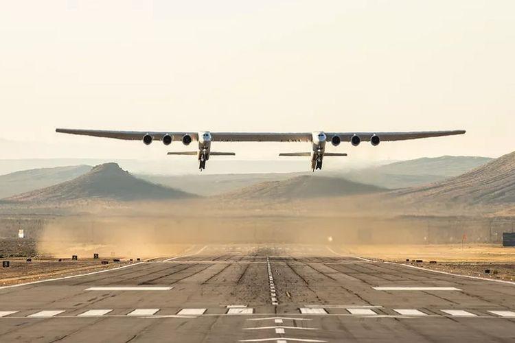 Penampakan pesawat terbesar di dunia, Stratolaunch, yang berbadan ganda dengan lebar sayap 117 meter dan berat hingga 250 ton.