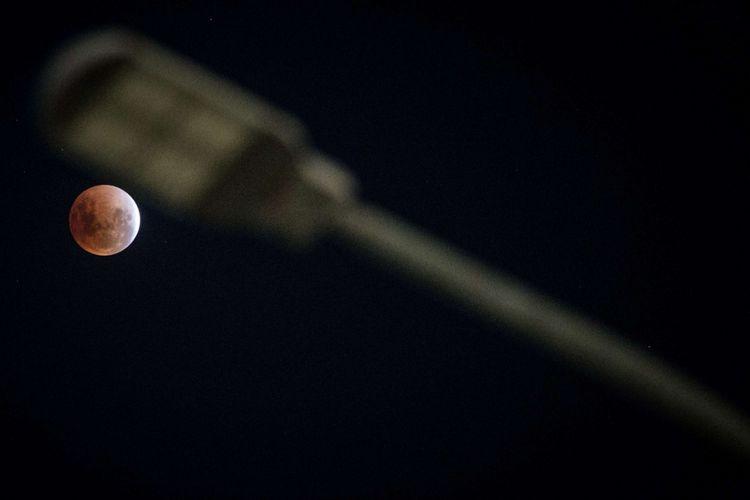 Gerhana bulan terlihat di Taman Izmail Marzuki, Jakarta, Rabu (31/1/2017). Lembaga Penerbangan dan Antariksa Nasional (LAPAN) menjelaskan bahwa proses gerhana bulan pada 31 Januari 2018 dapat disaksikan mulai pukul 18:48 WIB dan berakhir pada 22:11 WIB dan fenomena ini terakhir kali terjadi di Indonesia pada tahun 1982 dan baru akan terjadi lagi di tahun 2037.