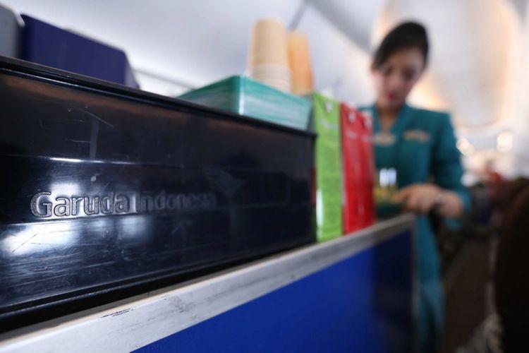 Aktivitas pramugari maskapai Garuda Indonesia saat  penerbangan bertajuk Kartini Flight di perjalanan menuju Bandara Minangkabau Padang, Sumatra Barat, Jumat (21/4/2017). Garuda Indonesia gelar Kartini Flight dalam rangka menyambut hari Kartini, seluruh petugas penerbangan dari Pilot, Pramugari hingga teknisi adalah perempuan.