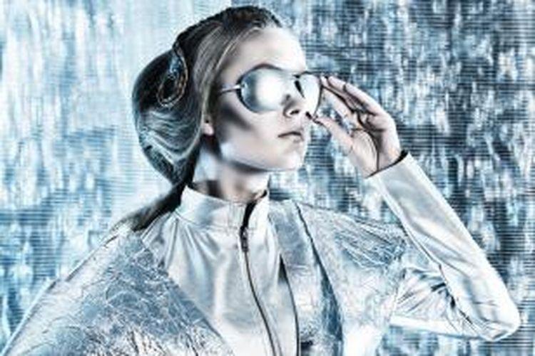 Gaya berbusana futuristik identik dengan potongan kaku dan detail unik. Material yang dipakai bukan hanya harus berkesan unik tapi juga menginterpretasikan eksklusif, modern, classy dan luxury. Material yang dipakai dipengaruhi oleh metal-glass, warna metalik, dan foil.