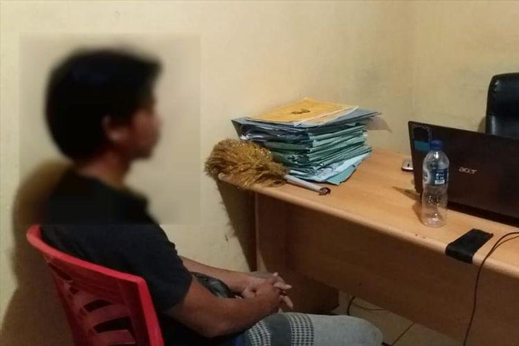Polisi melakukan pemeriksana terhadap AA pelaku yang diduga terlibat cinta terlarang dengan adik kandungmya di Mapolsek Belopa, Sabtu (27/07/2019)
