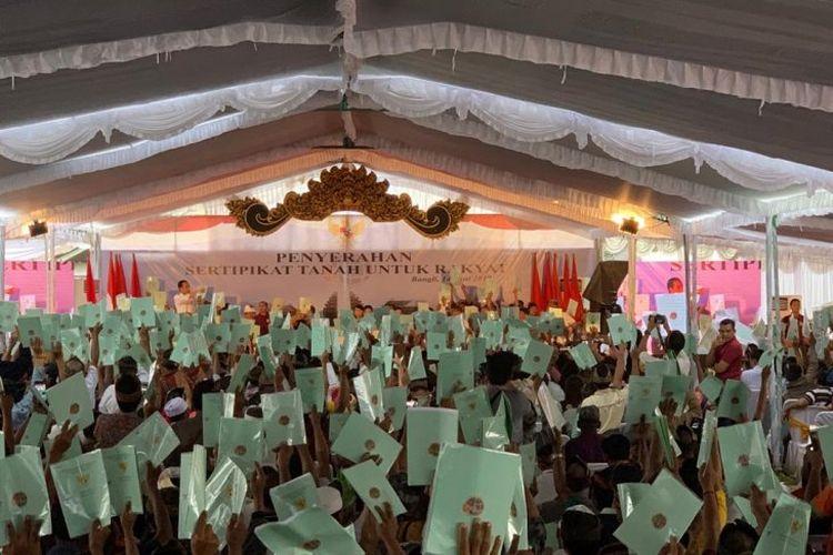 Jokowi serahkan sertifikat tanah untuk rakyat di Bangli, Bali, Jumat (14/6/2019)