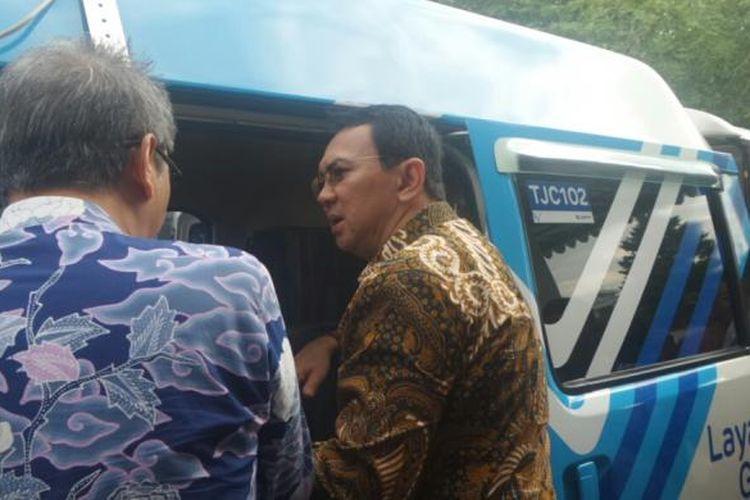 Gubernur DKI Jakarta Basuki Tjahaja Purnama melihat mobil Transjakarta Cares yang baru di Balai Kota DKI, Junat (3/3/2017).