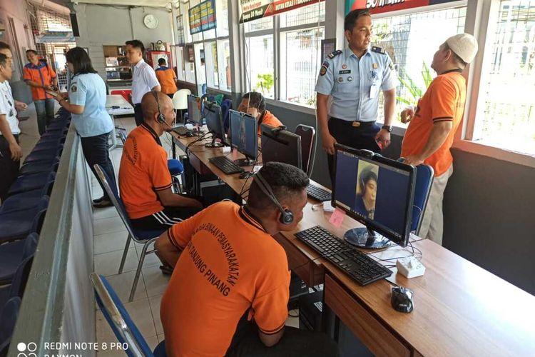 Rumah Tahanan (Rutan) Negara Kelas I Tanjungpinang mengehentikan jam besuk bagi warga binaan. Meski dihentikan sementara, namun para warga binaan tetap bisa berkomunikasi dengan keluarganya melalui fasilitas video call yang sudah disediakan.