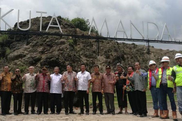 Menteri Koordinator Perekonomian Darmin Nasution dan rombongan saat meninjau KEK Mandalika, Sabtu (11/2/2017)