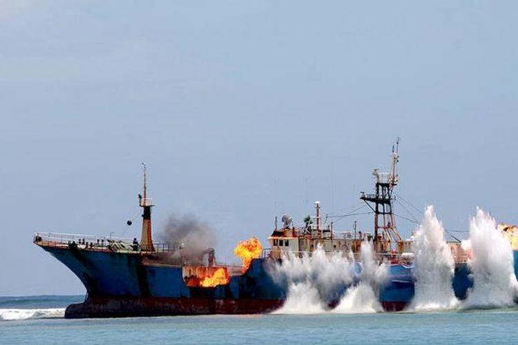 Kapal asing Fishing Vessel (FV) Viking dikaramkan dan diledakkan bagian lambungnya di Pantai Barat, Pangandaran, Kabupaten Pangandaran, Jawa Barat, Senin (14/3/2016). Kapal FV Viking yang juga merupakan buronan Interpol ini tertangkap di Tanjung Pinang, Kepulauan Riau, pada Februari lalu. Peledakan ini menjadi bagian dari kampanye perlawanan penangkapan ikan ilegal oleh Kementrian Kelautan dan Perikanan.