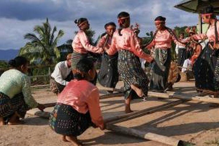 Tarian Kerangkuk Alu di Desa Liang Ndara, Kecamatan Mbeliling, Kabupaten Manggarai Barat, Nusa Tenggara Timur.