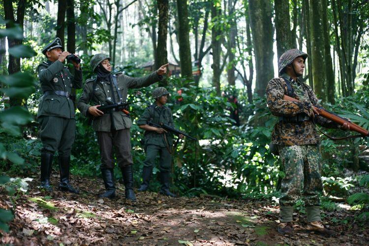 Reka adegan Perang Dunia II yang dilakukan Komunitas Reenactor Indonesia.