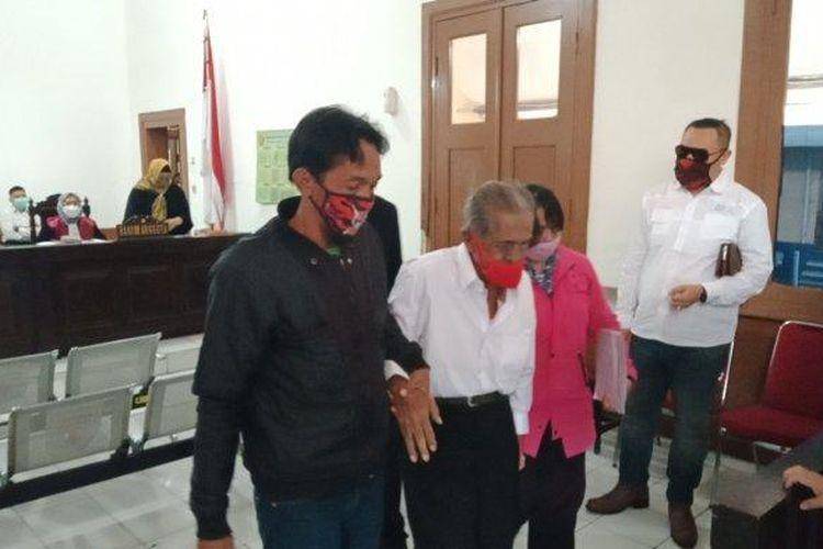 RE Koswara (85), pria asal Kecamatan Cinambo Kota Bandung hadir di persidangan Pengadilan Negeri Bandung, Selasa (19/1/2021), dengan dipapah dua anaknya, Imas dan Hamidah.