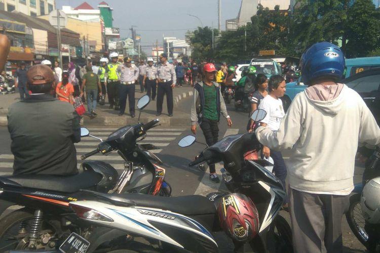 Tukang ojek mangkal di depan Stasiun Pasar Minggu saat akan ditertibkan oleh personel gabungan.