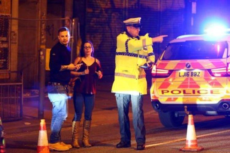 Seorang polisi sedang mengamankan situasi usai ledakan di sekitar lokasi konser Ariana Grande di kota Manchester, Inggris, Senin (22/5/2017) malam.
