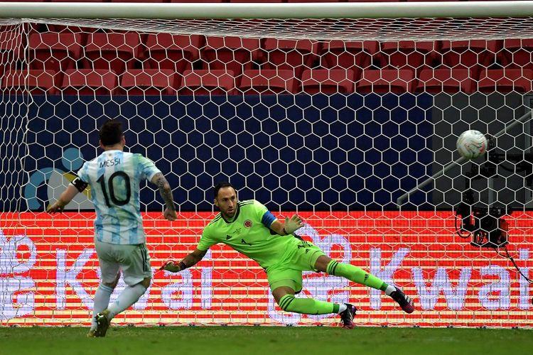 Pemain <a href='https://manado.tribunnews.com/tag/argentina' title='Argentina'>Argentina</a> <a href='https://manado.tribunnews.com/tag/lionel-messi' title='LionelMessi'>LionelMessi</a> (kiri) mencetak gol ke gawang <a href='https://manado.tribunnews.com/tag/kolombia' title='Kolombia'>Kolombia</a> David Ospina dalam adu penalti pada pertandingan semifinal <a href='https://manado.tribunnews.com/tag/copa-america-2021' title='CopaAmerica2021'>CopaAmerica2021</a> di Stadion Mane Garrincha di <a href='https://manado.tribunnews.com/tag/brasil' title='Brasil'>Brasil</a>ia, <a href='https://manado.tribunnews.com/tag/brasil' title='Brasil'>Brasil</a>, pada 6 Juli 2021.