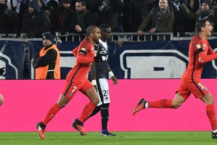 Para pemain Paris Saint-Germain merayakan gol Angel Di Maria ke gawang Bordeaux pada partai semifinal Piala Liga Perancis di Matmut Atlantique, Selasa (24/1/2017).