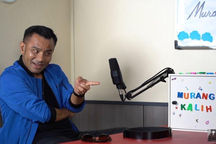 Penyanyi Judika berbincang dengan vokalis band GIGI Armand Maulana.