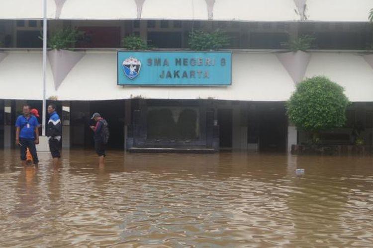 SMA 8 Jakarta tergenang air setinggi 1,5 meter. Kawasan sekolah mulai tergenang sejak pukul 05.00 WIB, Kamis (16/2/2017)