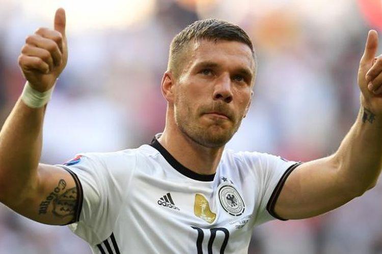 Gelandang tim nasional Jerman, Lukas Podolski, merayakan kemenangan atas Slovakia pada Piala Eropa 2016 di Stadion Pierre-Mauroy, pada 26 Juni 2016.