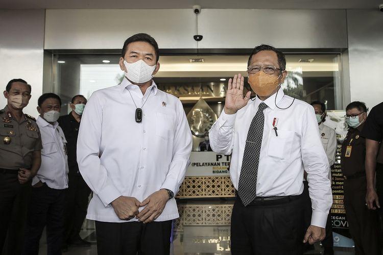 Jaksa Agung ST Burhanuddin (kiri) menyambut kedatangan Menteri Koordinator Bidang Politik, Hukum dan HAM (Menko Polhukam) Mahfud MD (kanan) saat tiba di gedung Kejaksaan Agung, Jakarta, Senin (15/3/2021). Kunjungan kerja tersebut dilakukan untuk berkoordinasi serta membahas penanganan sejumlah kasus korupsi. ANTARA FOTO/Dhemas Reviyanto/foc.