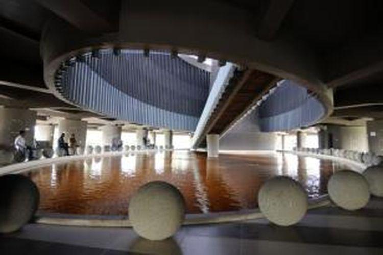 Pengunjung menikmati suasana di Gedung Museum Tsunami Aceh, Banda Aceh, Rabu (20/2/2013). Selain berisi informasi tentang gempa dan tsunami, museum berlantai empat dengan arsitektur modern  yang dibangun tahun 2007 tersebut juga diperuntukkan sebagai tempat  evakuasi bencana alam.