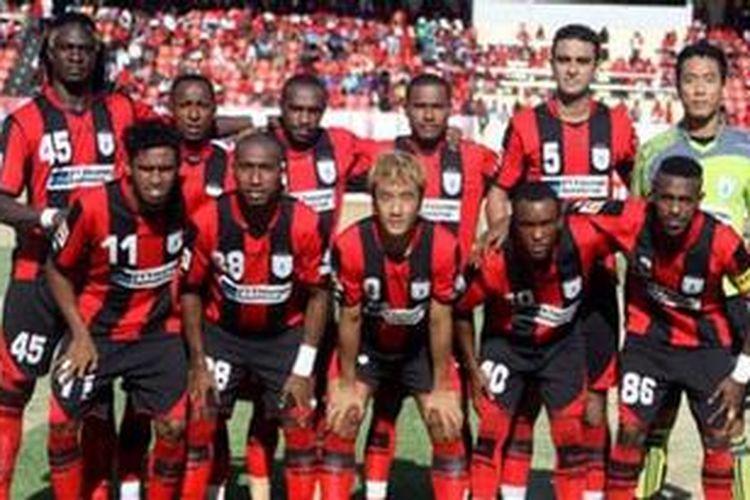 Pemain asal Kamerun, Bio Paolin (kiri/berdiri), termasuk palang pintu andalan Persipura Jayapura. Bio Paolin masih aman bermain di Indonesia meskipun federasi sepak bola Kamerun, yang menjadi asal negaranya, dibekukan FIFA.