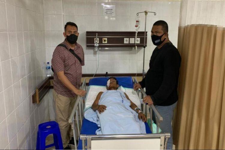 Tersangka Hendra Saputra (37) pelaku pembunuhan mantri hewan Ali Wardhana (46) saat ditangkap petugas Polres OKU Timur ketika sedang menjalani perawatan di Rumah Sakit Muhammad Hoesin (RSMH) Palembang.