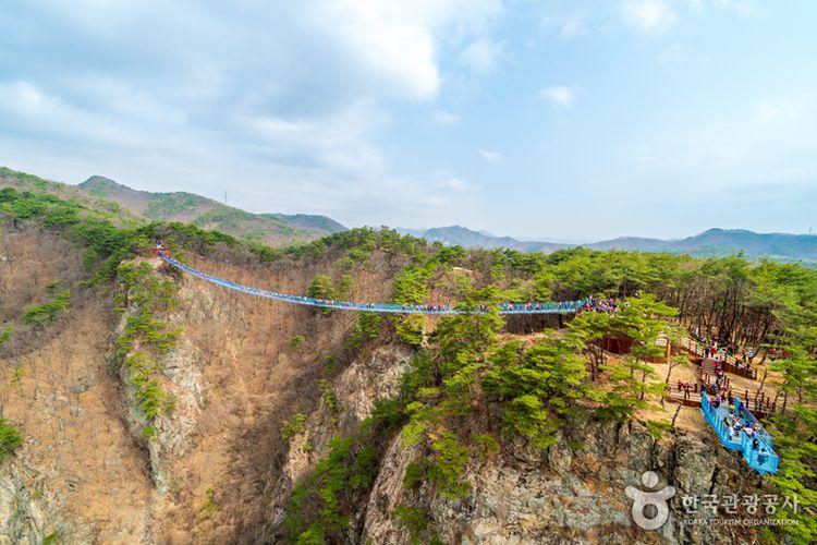 Tempat wisata Sogeumsan Suspension Bridge di Korea Selatan yang muncul dalam drama korea Its Okay To Not Be Okay.