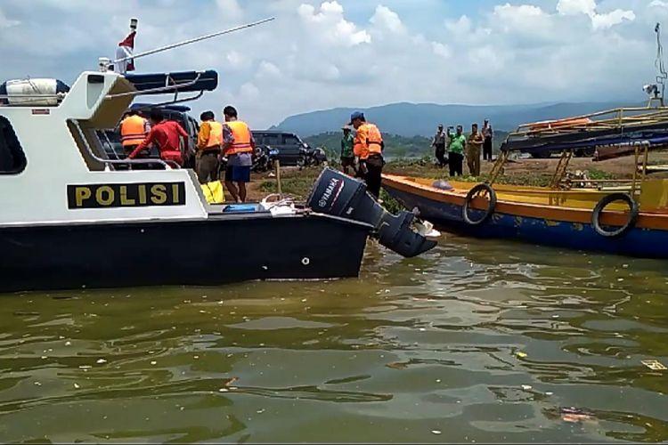 Tim SAR gabungan akhirnya menemukan nelayan jaring apung yang dilaporkan hilang sejak Jumat di wilayah perairan Waduk Jatigede, Senin (18/2/2019). Dok. BPBD Sumedang