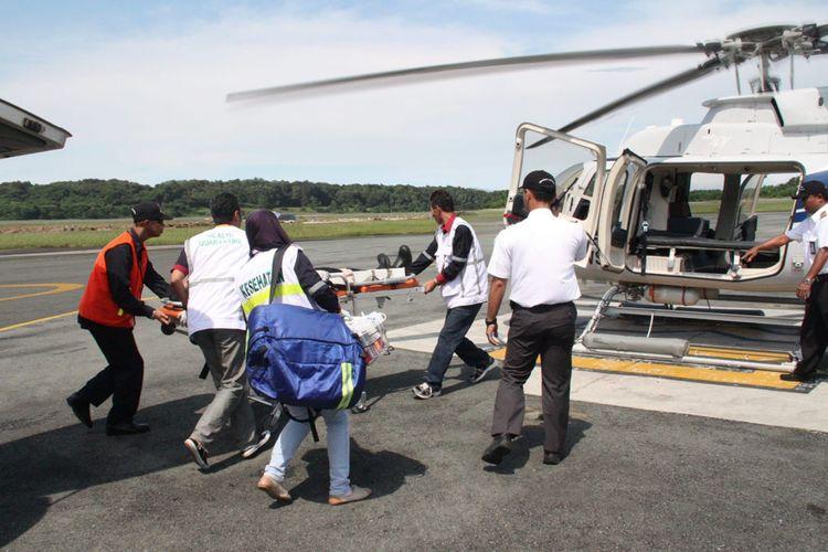 Seorang pasien yang dievakuasi menggunakan layanan helikopter medevac dari Cengkareng Heliport, Bandara Soekarno-Hatta, Kota Tangerang.