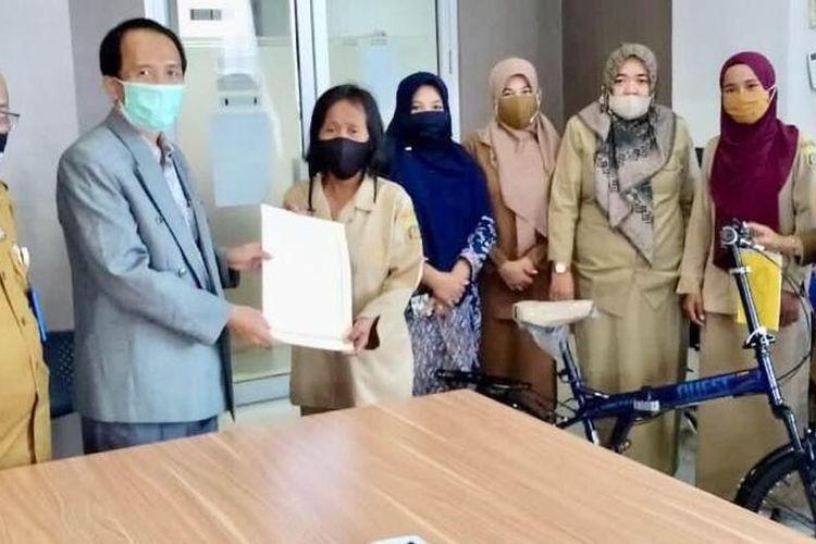 Berta Buadera saat menerima hadiah sepeda dari Wali Kota Samarinda, Sjaharie Jaang yang diserahkan oleh Kepala Dinas Pendidikan Samarinda, Asli Nuryadin belum lama ini.