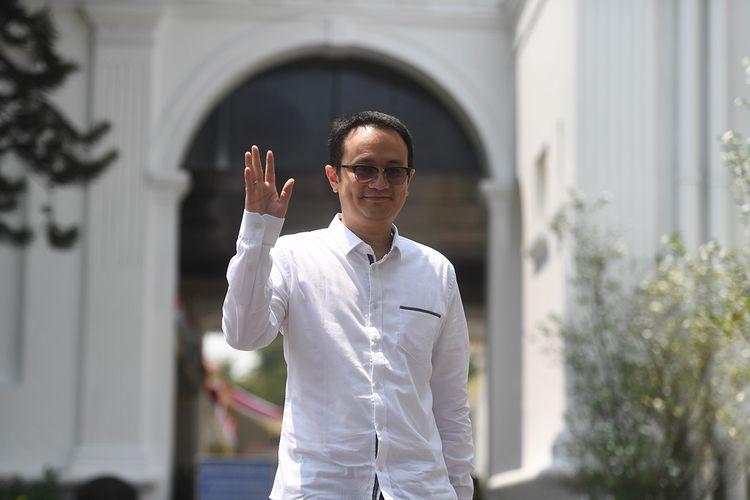 Jerry Sambuaga melambaikan tangan usai bertemu Presiden Joko Widodo di Kompleks Istana Kepresidenan, Jakarta, Jumat (25/10/2019). Hari ini, Presiden Joko Widodo memperkenalkan 12 orang sebagai wakil menteri yang akan membantu kinerja Kabinet Indonesia Maju.