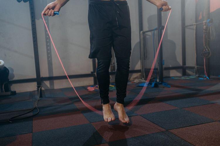 Manfaat skipping termasuk meningkatkan koordinasi karena membuat kita fokus pada lompatan kaki.