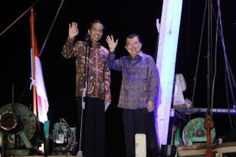 Presiden dan Wakil Presiden terpilih, Joko Widodo dan Jusuf Kalla melambaikan tangan salam tiga jari tanda persatuan di atas kapal phinisi, di Pelabuhan Sunda Kelapa, Jakarta Utara, Selasa (22/7/2014). Joko Widodo dan Jusuf Kalla menyampaikan pidato kemenangan usai ditetapkan oleh KPU sebagai pemenang Pilpres 2014. TRIBUNNEWS/HERUDIN