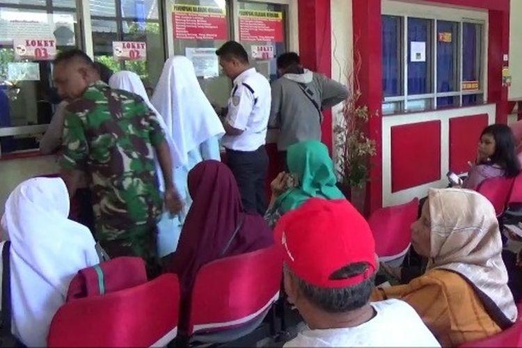 Antrean warga saat membeli tiket kapal laut di loket PT Pelni Cabang Makassar, Selasa (14/5/2019).