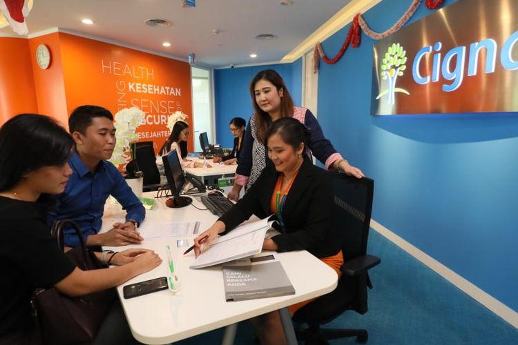 Dini Maharani, Director and Chief Distribution Officer Cigna Indonesia melihat proses klaim yang sedang diajukan nasabah.