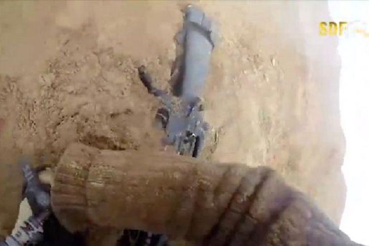 Potongan video memperlihatkan seorang komandan ISIS tergeletak setelah tertembak dalam pertempuran.