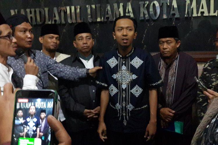 Pelaku penghina alhmarhum KH Maimun Zubair dan NU saat menyampaikan permintaan maaf di Kantor PCNU Kota Malang, Jumat (9/8/2019) malam.