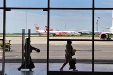 Petugas Bandara Kualanamu Amankan Penumpang yang Buka Jendela Pesawat