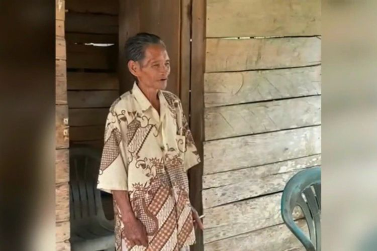 Punguti Beras Tercecer di Jalan Kakek di Mateng Tua Simpati Publik