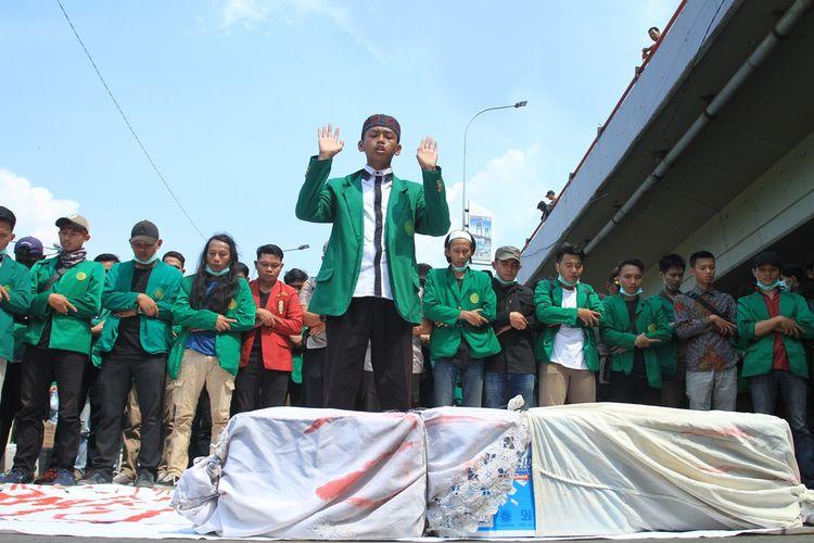 Shalat gaib dilakukan ratusan massa aksi yang tergabung dalam Aliansi Mahasiswa Muhammadiyah  di Jalan Jenderal Sudirman, Palembang tepatnya di depan Mapolda Sumsel, Senin (30/9/2019).