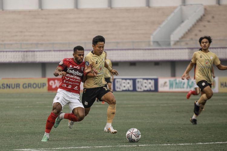 Pemain Barito Putera Muhammad Rifky Suryawan dijaga ketat pemain Bali United Yabes Roni pada laga pekan kedua Liga 1 2021-2022 yang berakhir dengan skor 1-2 di Stadion Indomilk Arena, Tangerang, Sabtu (11/9/2021) sore.