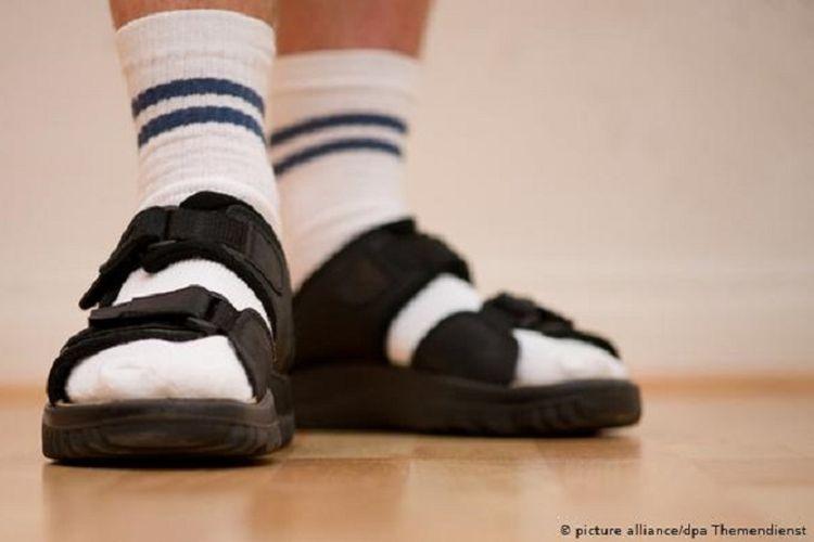 Ada satu gambaran klise tentang orang Jerman, mereka gemar sekali memakai sandal gunung, tetapi dipadu kaus kaki tenis.