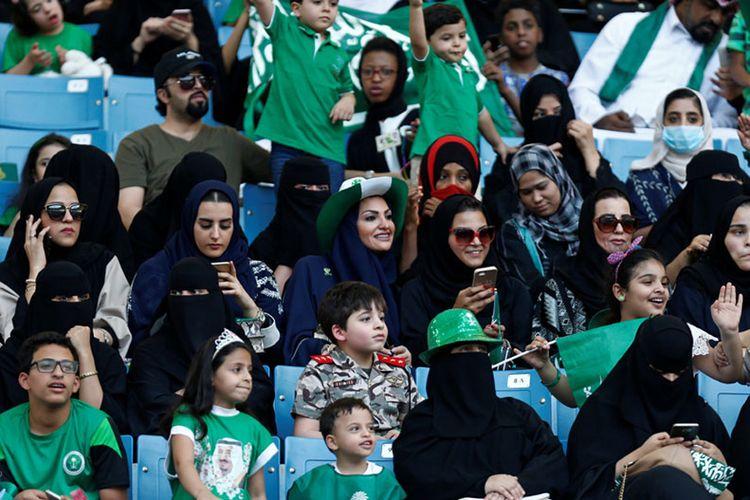 Wanita Arab Saudi menghadiri sebuah demonstrasi untuk merayakan Hari Nasional ke-87 Arab Saudi ke-87 di Riyadh, Arab Saudi 23 September 2017.