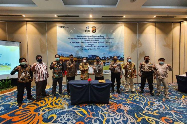 Caption: Penandatanganan kerja sama antara PT Perusahaan Gas Negara Tbk (PGN) Group dengan Kepolisian Daerah (Kapolda) Lampung. Selasa (29/12/2020)
