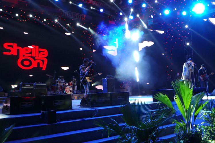 Sheila On 7 menghibur pada malam terakhir Jakarta Fair Kemayoran 2017, di Jakarta International Expo, Kemayoran, Jakarta Pusat, pada Minggu (16/7/2017).